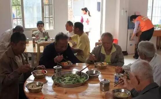 """他自建""""开心食堂"""",为6个邻村的老人免费供饭!"""